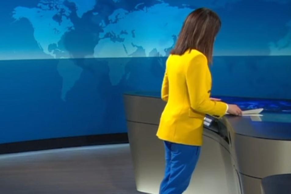 ARD-Sprecherin Linda Zervakis postet ein Video, in dem sie eine blaue Jogginghose trägt.