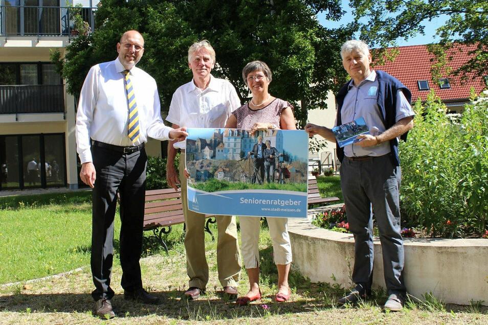 OB Olaf Raschke, Helmut und Annette Brück sowie Katharinenhof-Chef Michal Kotrc (v.l.n.r.) bei der Vorstellung des neuen Meißner Seniorenratgebers.