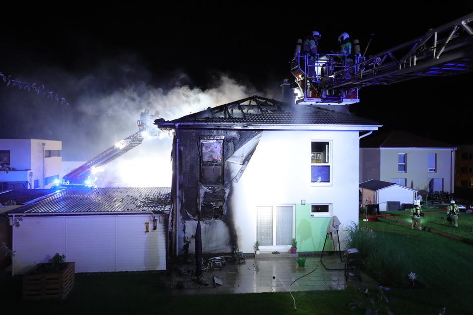 Das Feuer soll von Gartenmöbeln auf das Haus übergegriffen haben.