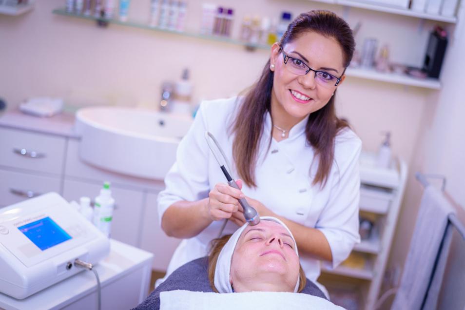 Als Meisterin im Kosmetik-Gewerbe bietet Sandy Matzk ihren Kundinnen und Kunden umfassendes Fachwissen auf dem Gebiet der Schönheit und Pflege sowie Beratung zu Gesundheits-, Bewegungs- und Ernährungsthemen.