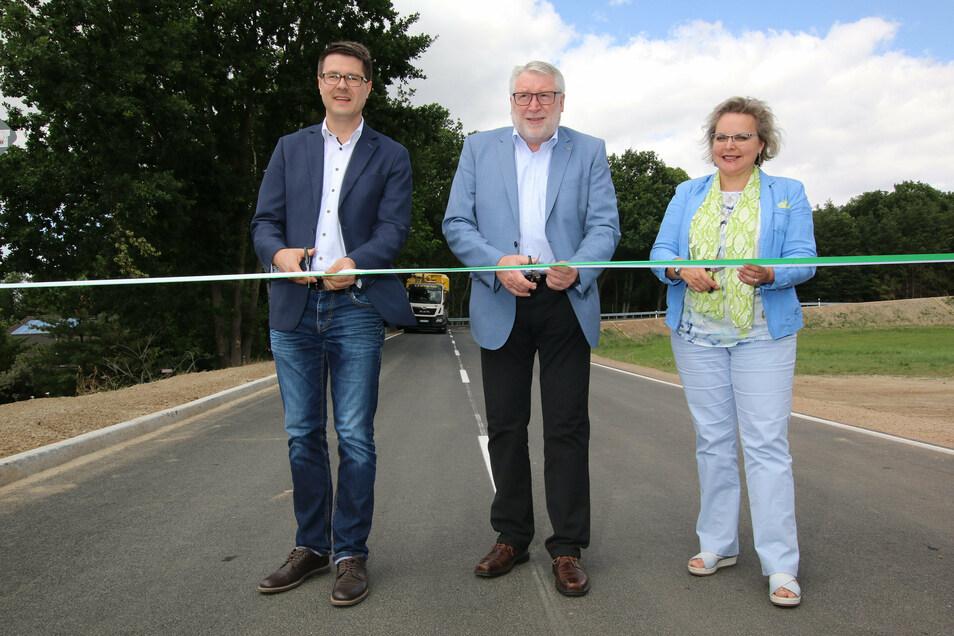 Im Sommer hat CDU-Bundestagsabgeordnete Veronika Bellmann (rechts) gemeinsam mit Landrat Damm und Döbeln-Oberbürgermeister Liebhauser (beide CDU) die neu ausgebaute Straße in Forchheim freigegeben.