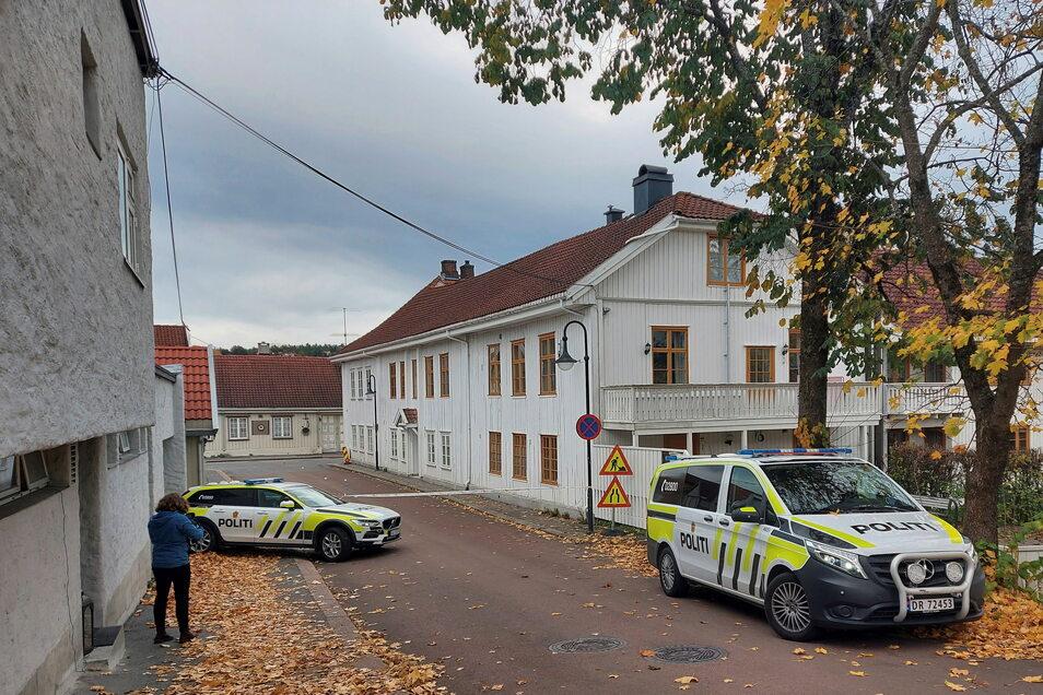 Die Polizei sperrt in Kongsberg eine Straße ab.