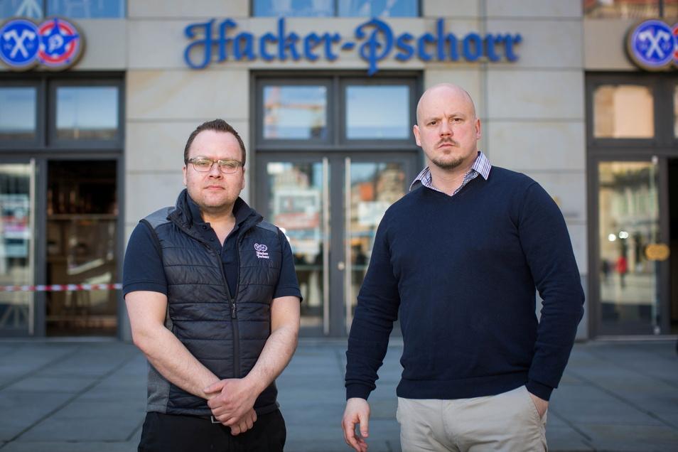 Gastro-Duo mit ernsten Mienen: Christian Seegerer (l.) und Daniel Fenske sind die Chefs im neuen Hacker-Pschorr-Wirtshaus am Dresdner Altmarkt.