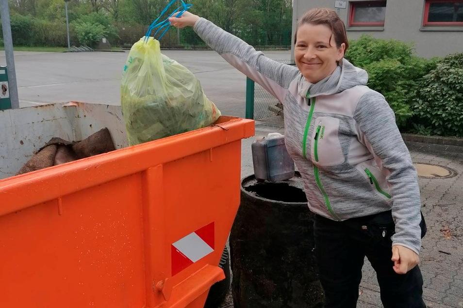 Lydia Hochmann aus Hermsdorf hat auf ihrem Spaziergang einen Sack voll Müll gesammelt.