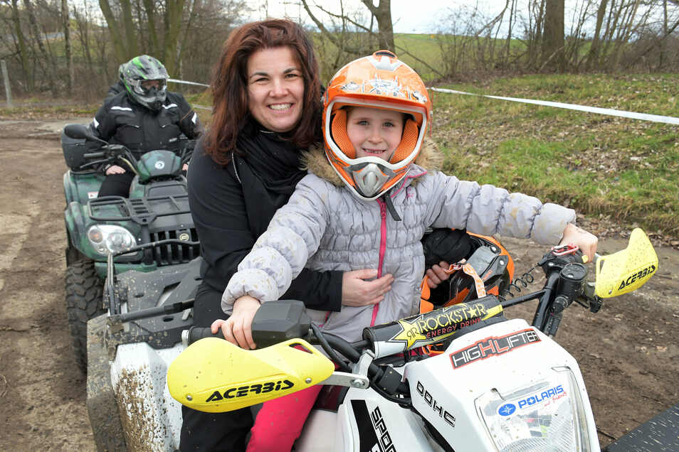 Mandy Vanis und ihre Tochter Nala sind begeisterte Quad-Fahrer. Am Sonnabend rasen und rutschen sie über die extra gewässerte Matschstrecke des MSC Hartha.
