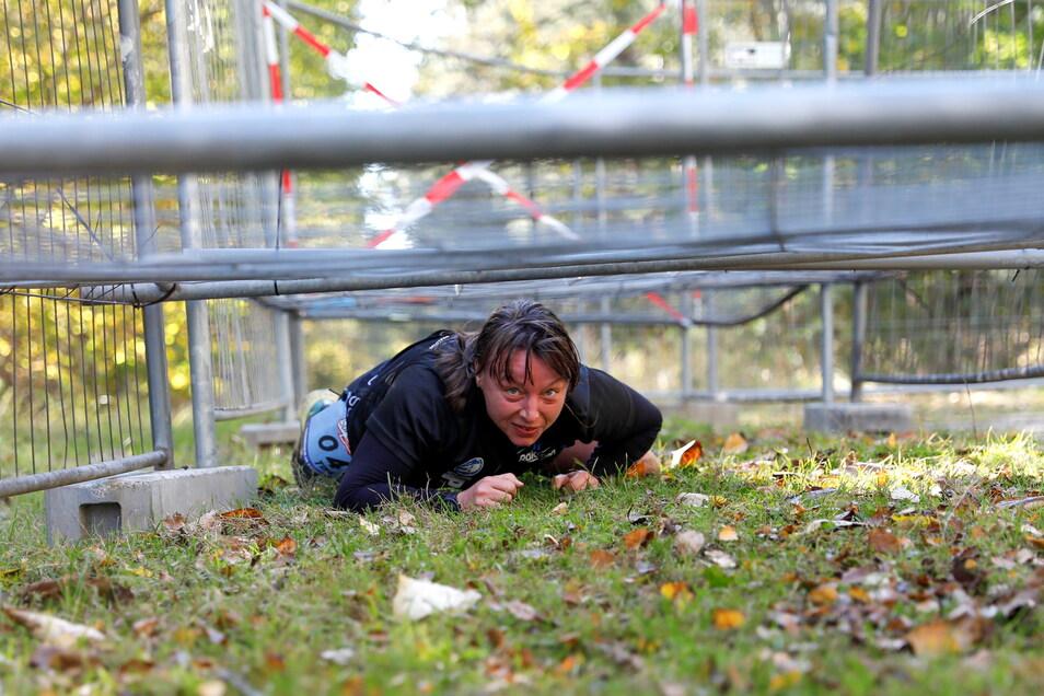 Auf dem Bauch unter diesem Zaun mussten die Läufer hindurchkriechen.