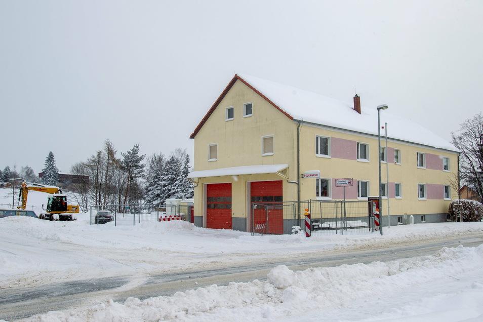 Ein Bagger steht noch da. Dennoch sorgt der Wintereinbruch für einen Baustopp am neuen Feuerwehrgerätehaus Possendorf.