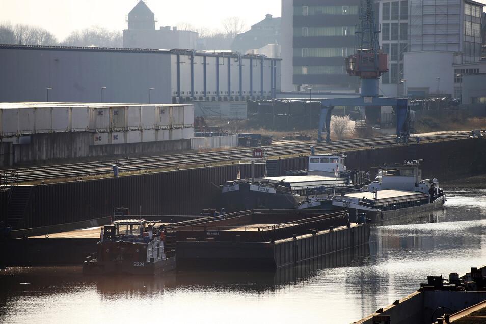 Im Hafen Riesa wurden im Frühjahr so viele Schiffe beladen, wie lange nicht. Dennoch werden die meisten Güter nach wie vor per Lkw oder Güterzug transportiert.