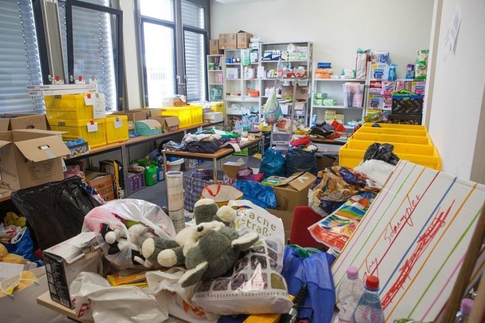 Spendenflut für die Kleinsten: Privatpersonen, Vereine und Mitarbeiter des Wirtschaftsministeriums haben für über 150Kinder im Zeltcamp gesammelt und Spielzeug gekauft.