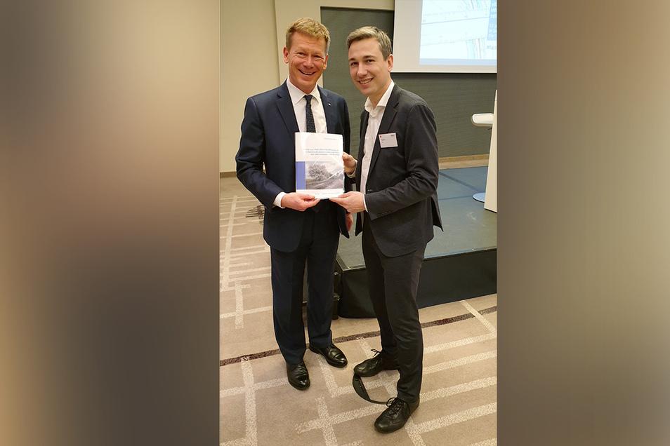 Der grüne Bundestagsabgeordnete Stephan Kühn (rechts) übergibt Bahnchef Richard Lutz die Pläne und Ideen von Pro Herrnhuter Bahn.