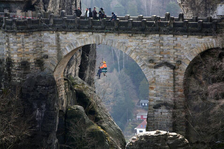 Job mit Aussicht: Kontrolleur an der Basteibrücke in der Sächsischen Schweiz.