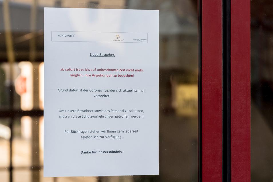 """Auch das Alten- und Pflegeheim """"Primavita"""" in Altriesa weist Angehörige von Bewohnern mit einem Aushang darauf hin, dass Besuche """"auf unbestimmte Zeit"""" nicht möglich sein werden."""