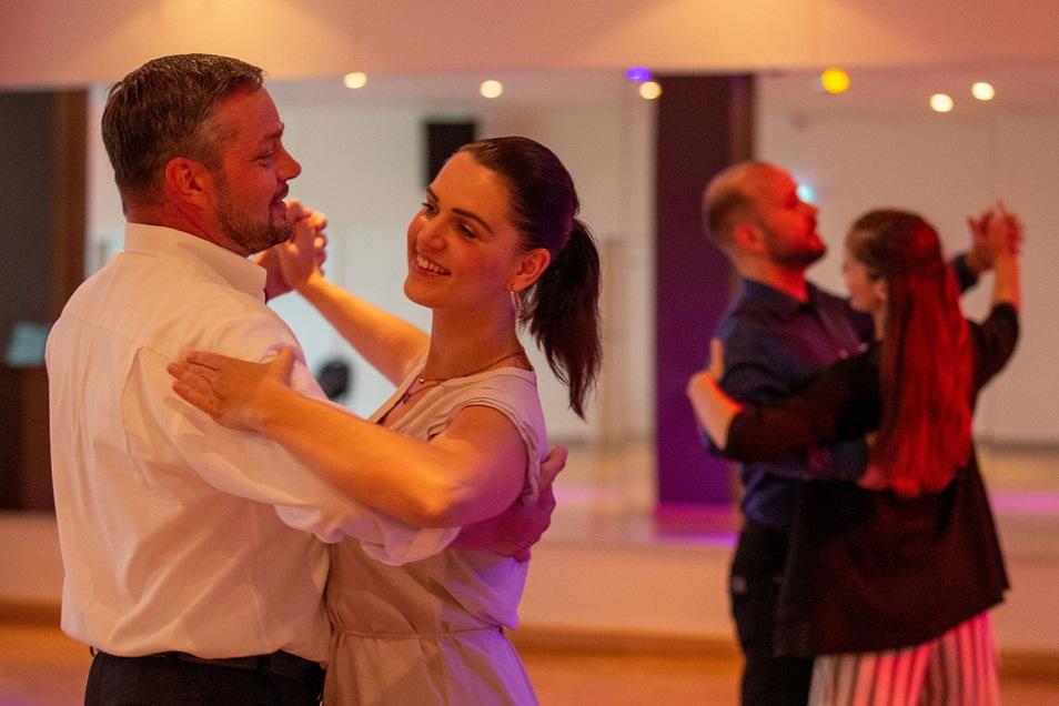 Der Tanzunterricht in den Tanzschulen, wie hier in der ADTV Tanzschule Pötschke-Nebl in Pirna findet wieder statt. Darüber freuen sich Janine Pötschke und Jens Pötschke.
