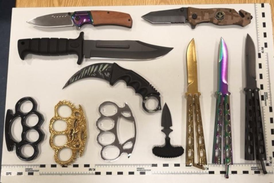 Stattliche Sammlung: Diese Messer und Schlagringe wurden bei dem 35-Jährigen sichergestellt.