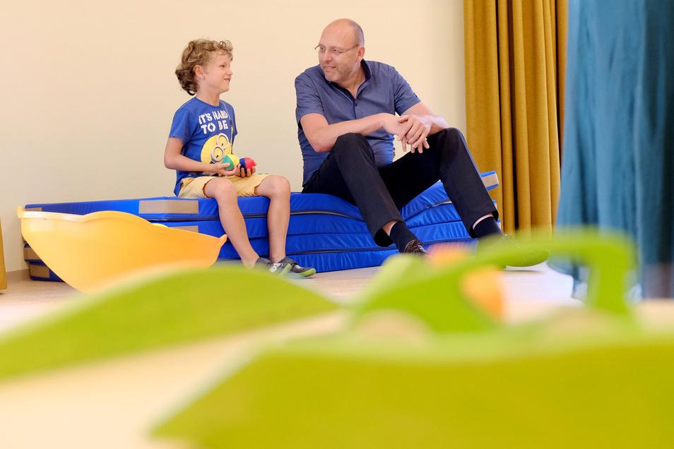 Auf dem Mattenstapel im Sportzimmer der neuen Kita sprach OB Olaf Raschke mit einem Kind aus dem benachbarten Kindergarten. Das Stadtoberhaupt freut sich, dass die Stadt in Zukunft weitere Betreuungsplätze anbieten kann.