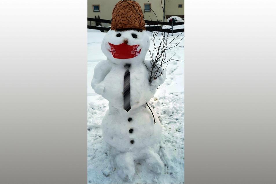 Alfred (5) und Marie (8) Großmann sind stolz auf ihren Schneemann.