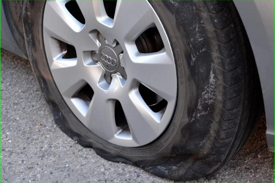 Wer unterwegs einen Reifenwechsel vornimmt, sollte einiges beachten