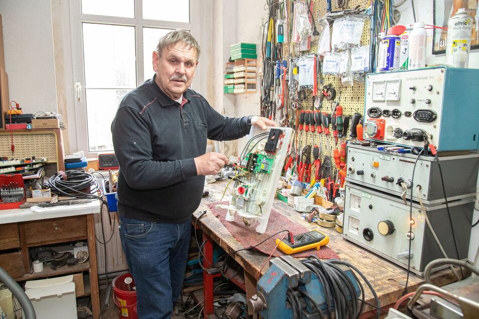 Hans-Georg Kohoutek repariert in der Werkstatt einen Durchlauferhitzer.