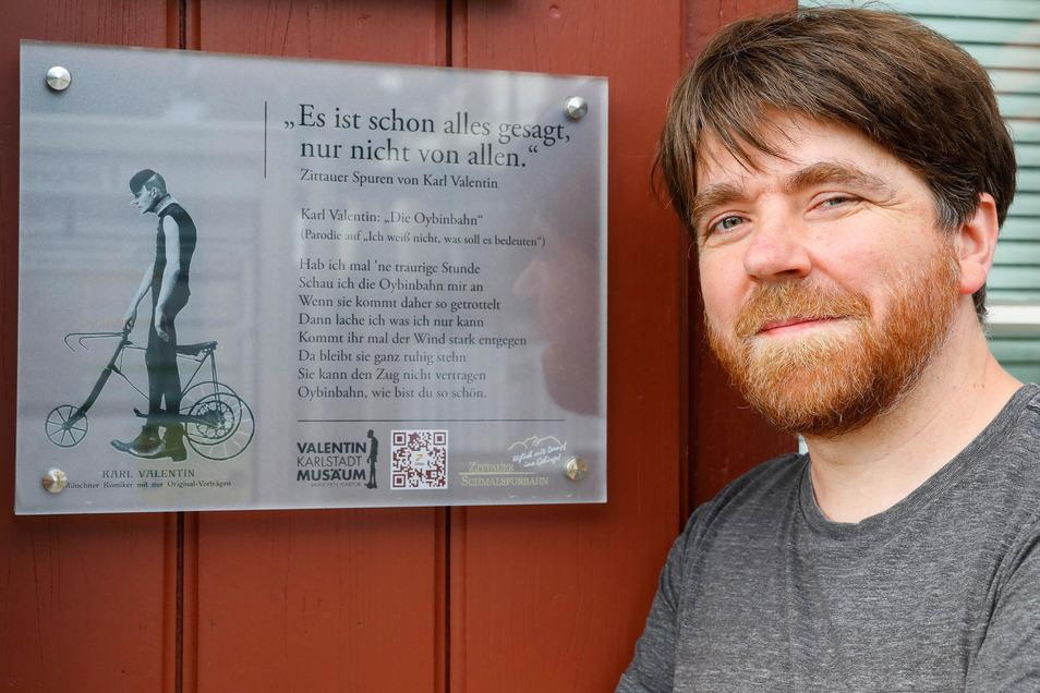 Patrick Weißig vor der Karl-Valentin-Tafel am Zittauer Schmalspurbahn-Gebäude.
