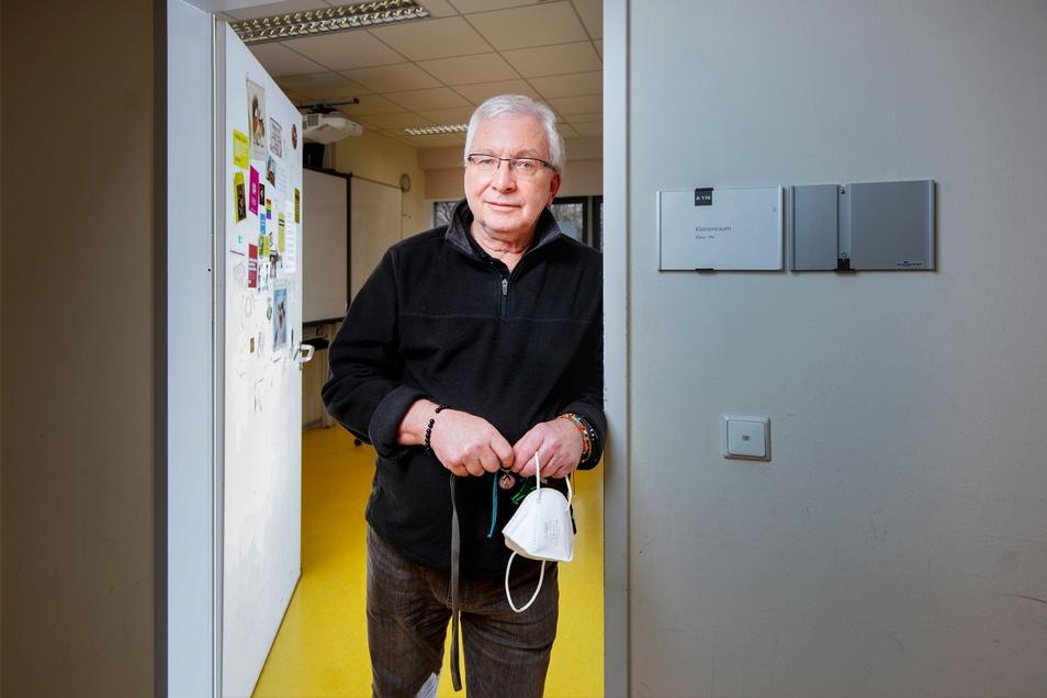Wilfried Schäfer könnte mit 71 Jahren schon längst den Ruhestand genießen. Doch er steht in dieser Woche wieder vor seiner Schulklasse - bislang ohne Corona-Impfung.