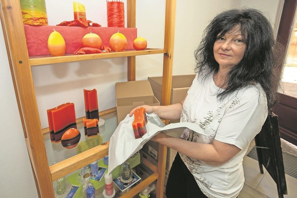 Gabriele Förster räumt ihren Laden leer.