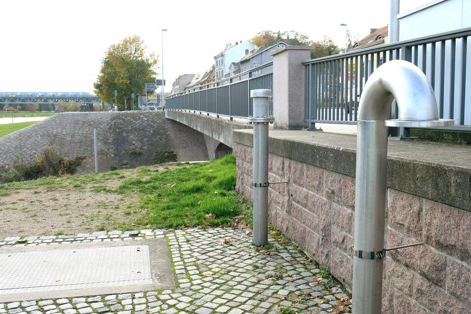 Die Flutmauer am linken Elbufer soll unterirdisch vertieft werden. An der Triebischmündung kann sie im Hochwasserfall vollständig geschlossen werden.