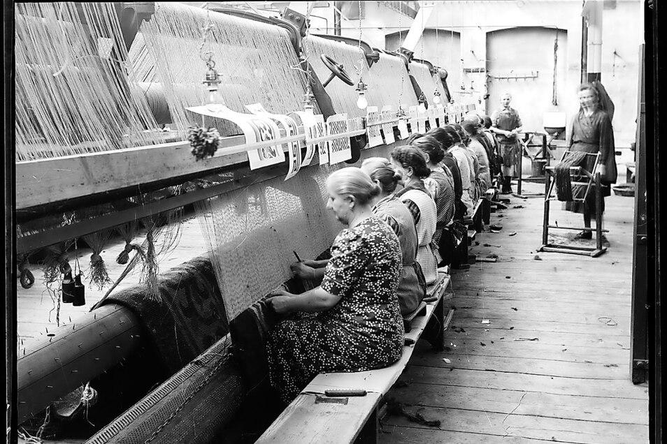 Frauen bei der Arbeit in der Teppichfabrik Ginzkey in Maffersdorf – das Nordböhmische Museum Liberec konnte eine Sammlung historischer Fotos zur Firma erwerben.