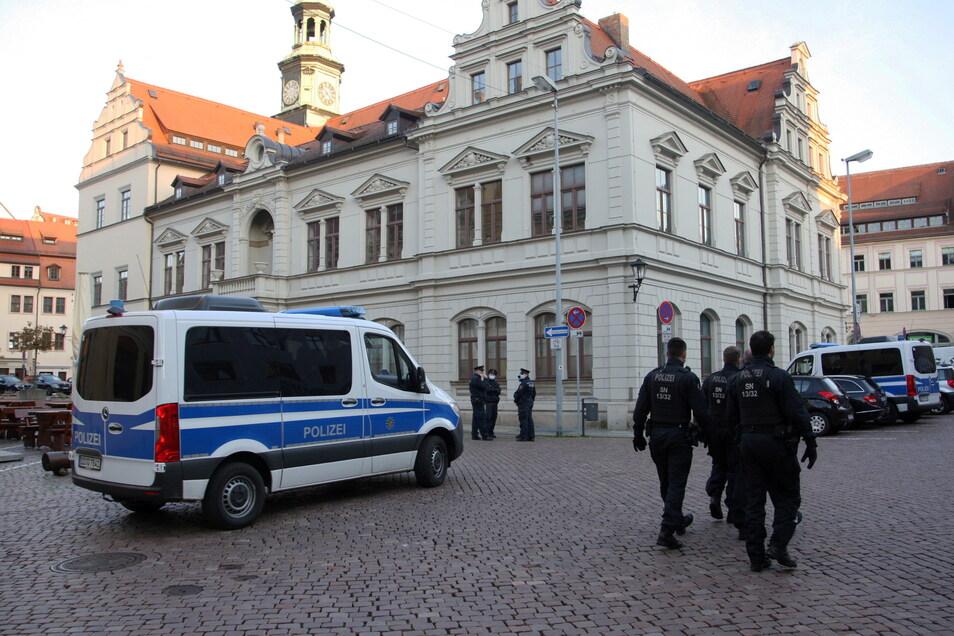 Polizeiaufgebot auf dem Pirnaer Marktplatz. Anders als am 1. Mai war die Demo am Montag nicht angemeldet.