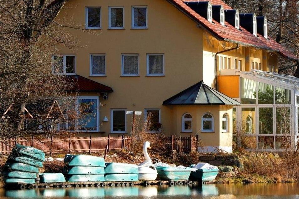 Der Gondelteich in Oppach lädt zum Spaziergang rund um das Gewässer ein. Mitte April, Anfang Mai stehen die Ruder- und Tretboote zur Verfügung. Dann öffnet auch der Kiosk am Biergarten. Jetzt ist das Restaurant Gondelfahrt Mittwoch bis Sonntag von 11 bis 21 Uhr geöffnet.