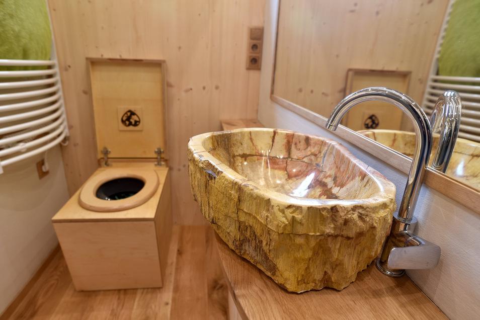Auch die Toilette ist im gleichen Stil gehalten.