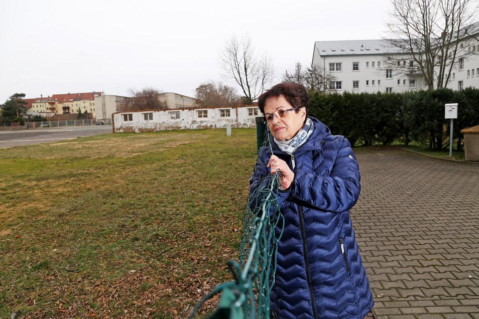 Rechts Wohnhäuser, links bald die Anlieferzonen für Einkaufsmärkte? Anwohnerin Margit Buck hält für das Widmann-Areal an der Pausitzer Straße eher Wohnhäuser für sinnvoll.