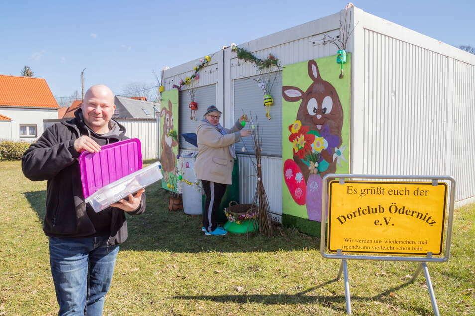 Kay Grellmann und Petra Volkmer gehören zu den Dorfclub-Mitgliedern, die das Vereinsdomizil in Ödernitz österlich gestaltet haben.