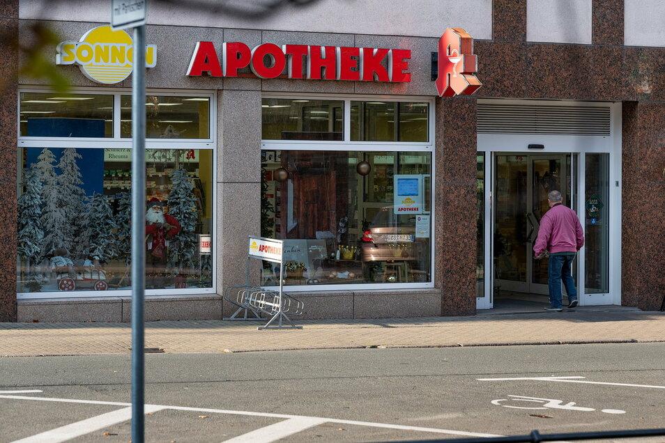 Die Sonnen-Apotheke in Riesa: Inhaber Marko Eschmann glaubt, dass er den finanziellen Kraftakt nach der AVP-Pleite überstehen wird.