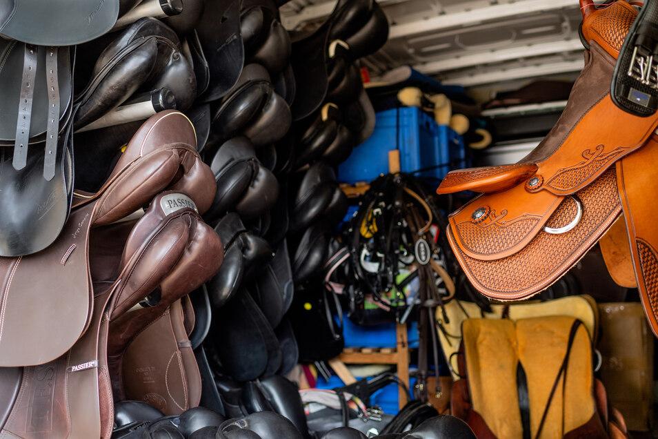 Wertvolle Fracht: In seinem Sattelmobil hat Michael Stehr immer eine große Auswahl an Sätteln dabei. Nicht jedes Modell passt auf jedes Pferd.