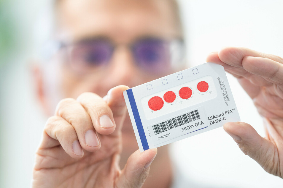 Geschafft: Die Blutprobe ist fertig und wird per Post ans Labor in Leipzig geschickt. Ein bis zwei Tage nach Eingang liegt das Ergebnis vor.