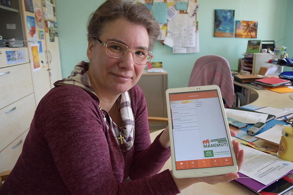 Die Teamleiterin der Selbsthilfe Kontaktstelle Jacqueline Bramborg zeigt die App Mammut. Dort ist zum Beispiel der Austausch innerhalb von Selbsthilfegruppen möglich und bietet einen geschützten Raum an.