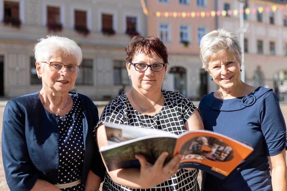 Neuer Lesestoff: Barbara Gehre von der Pirnaer Seniorenvertretung, Pirnas Gleichstellungsbeauftragte Sandra Wels sowie Rathaus-Mitarbeiterin Heike Fenske (v.l.) präsentieren die druckfrische Broschüre für Senioren.