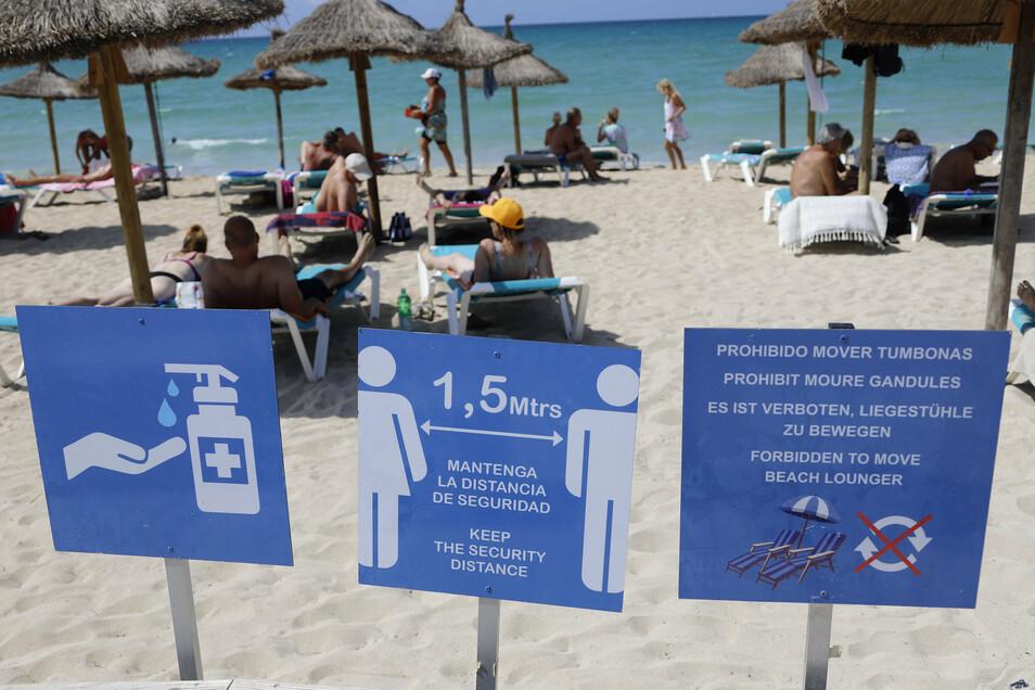 Trotz Abstands- und Hygienehinweisen wie hier am Strand von Palma: Die Infektionszahlen steigen.