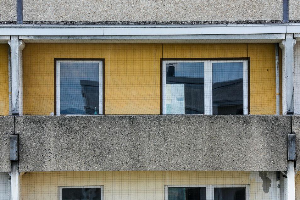 Mit engmaschigen Netzen vor den Balkonen der leer stehenden Etagen wird den Tauben jetzt der Zugang zu den Brutplätzen versperrt.