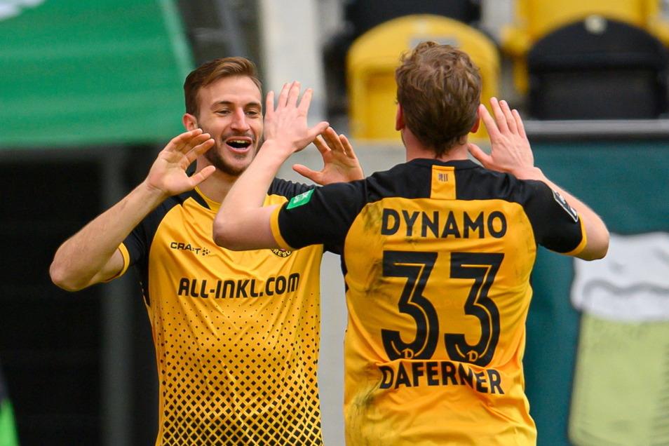Pascal Sohm und Christoph Daferner bejubeln das 3:0. Am Ende gewinnt Dynamo 4:0 gegen Ingosltadt.