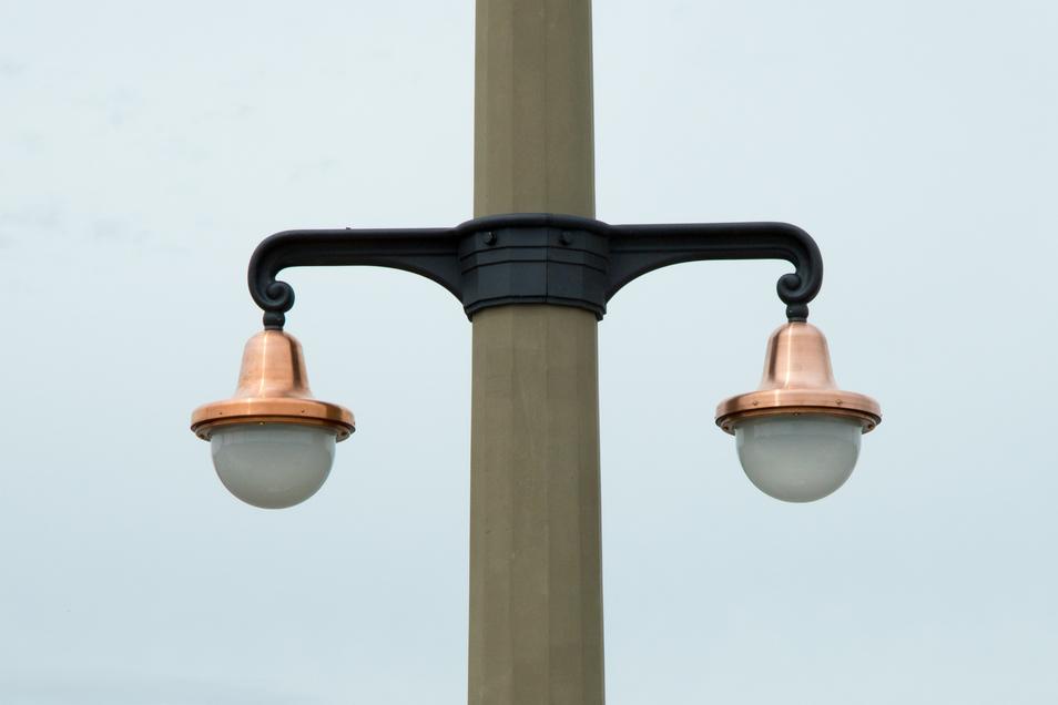 Das sind die neuen LED-Leuchten auf der Augustusbrücke. Das Licht soll künftig dem historischen Original gleichen.