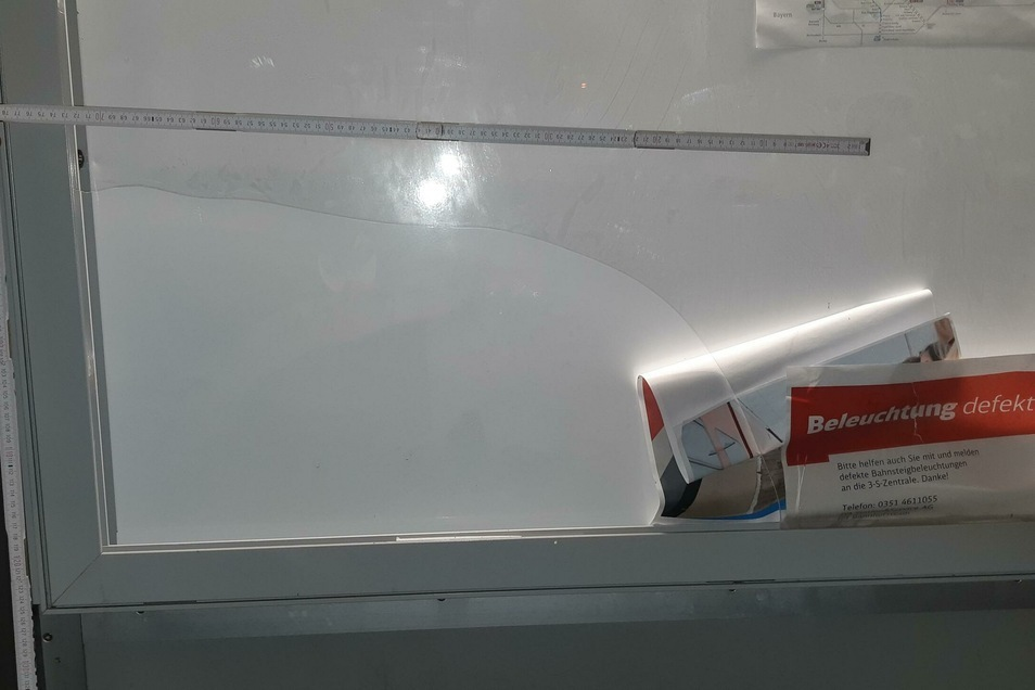 Der Schaden an der Plexiglasscheibe.
