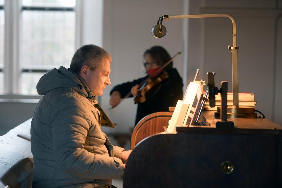 Viele Kirchen waren geöffnet - auch ohne Gottesdienst oder Krippenspiel. In Spitzkunnersdorf lud die Kirchgemeinde zur Stillen Andacht ein. Kantor Michael Tittmann spielte die Orgel, begleitet von Annett Knechtel.