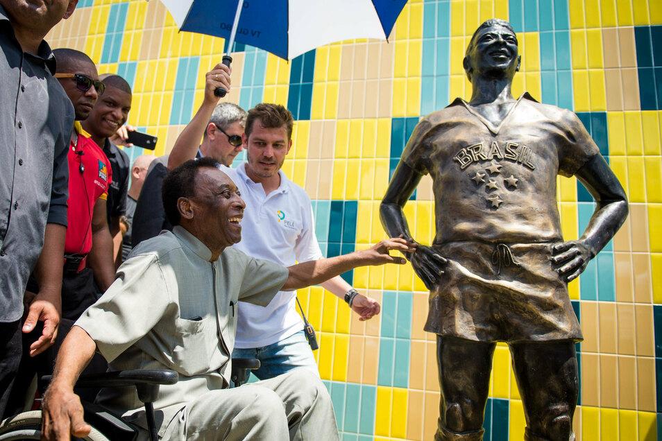 Pelé weiht die Figur ein, die ihn darstellt.