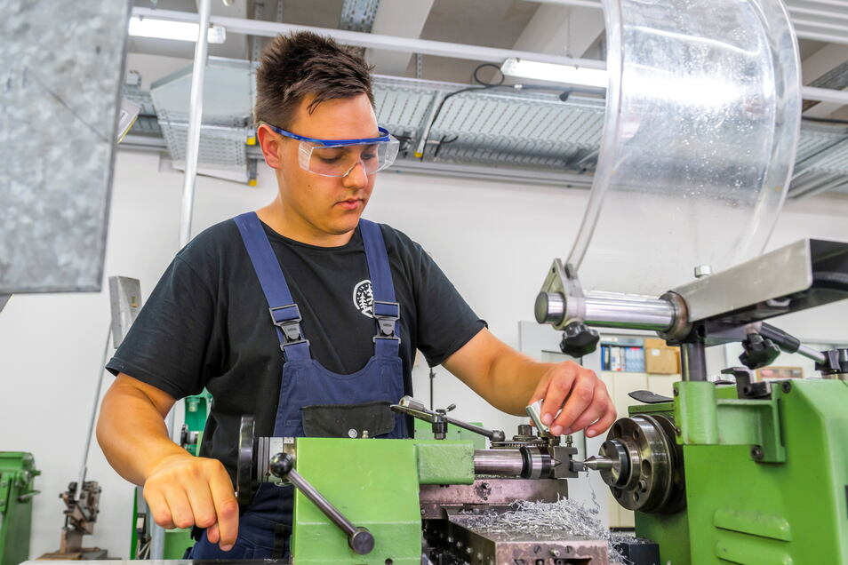 Wenn Zeit ist, nutzt der 19-jährige Auszubildende Willi Krischer die Drehmaschine auch mal, um Teile für sein eigenes Moped herzustellen.