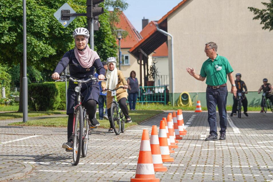 Einige Frauen können schon recht gut fahren - aber Dietmar Zanke (r.), Vorsitzender der Kreisverkehrswacht Bautzen, weiß auch, wie er den anderen helfen kann.