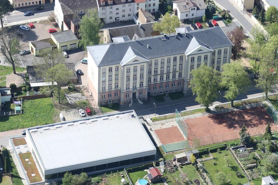 Auf dem Freigelände zwischen Oberschule und Stadtsporthalle Roßwein ist eine Gedenkfeier für die etwa 90 Roßweiner geplant, die während der beiden zurückliegenden Lockdowns verstorben sind.