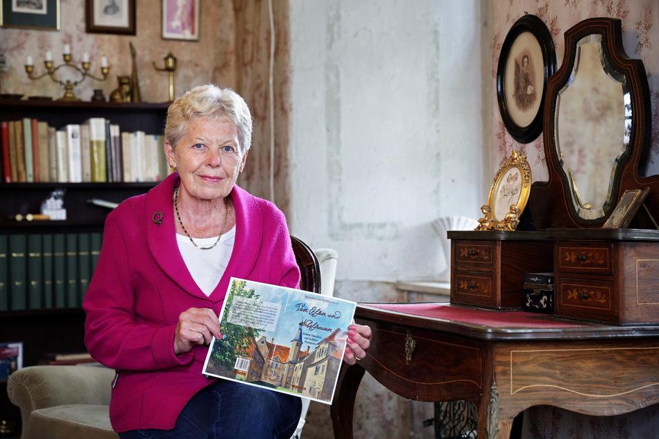 Marianne von Wolffersdorff sitzt in einem der liebevoll eingerichteten Räume von Schloss Promnitz.
