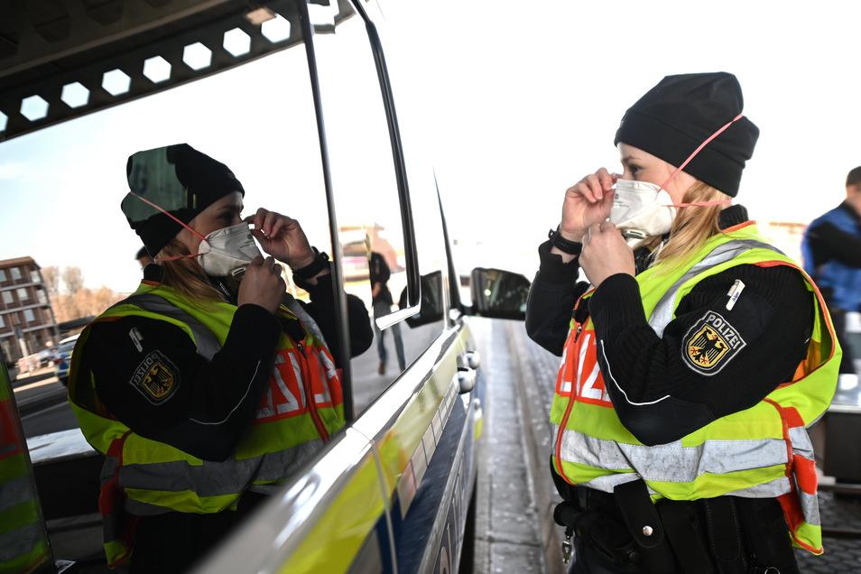 Eine Bundespolizistin an einem Grenzübergang zur Schweiz in Baden-Württemberg