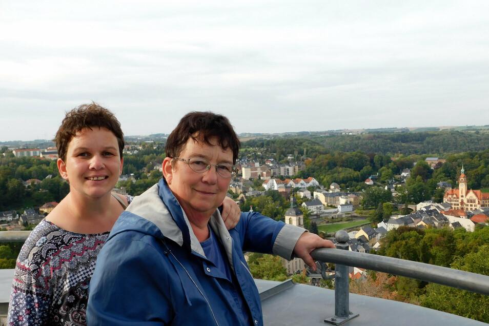Dorothea und Rita Daidone auf der Aussichtspattform des Wachbergturmes.